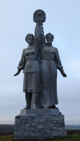 fraternidad: Sovi�tica escultura en Sumy, Ucrania ucraniano-ruso dedicado amistad y hermandad