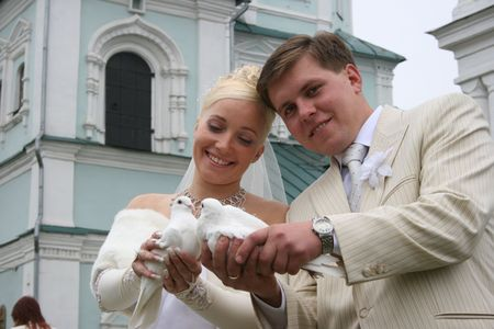 accompanied: Newlyweds coule holds pair of white pigeons