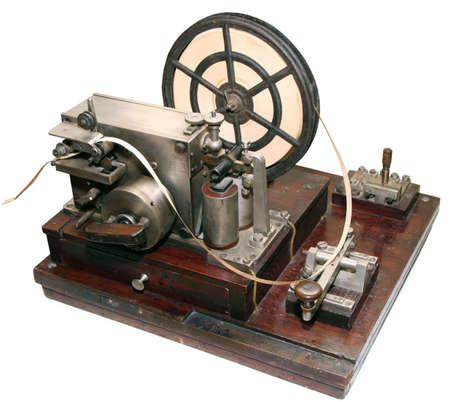 telegraaf: geïsoleerde verouderde vintage Morse telegraaf machine op witte achtergrond Stockfoto