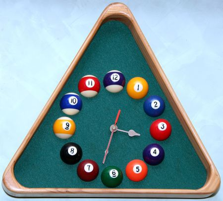 Reloj de pared en el sal�n de billar en forma de tri�ngulo marco  Foto de archivo - 3331020