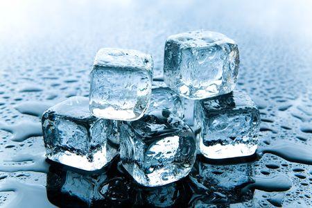 melting ice: Fusi�n del hielo en cubos de reflexi�n de fondo