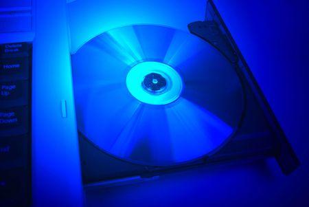 pornografia: cd dvd pel�cula azul en la unidad de disco