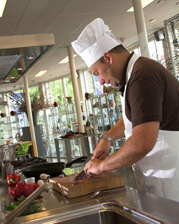 Cocinero italiano que corta las cebollas Foto de archivo - 458560