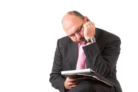 sich b�cken: Kaufmann Kurve �ber seine Notizen mit einem sehr verwundert und besorgt schauen