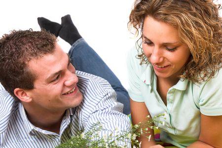 picnic blanket: Muchacho y muchacha que mienten junto en una manta de la comida campestre, riendo y claramente en amor