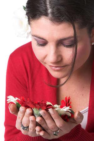 sich b�cken: Beautiful brunette Kurve �ber die Blumen in der Hand zu riechen den Duft