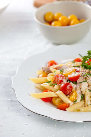 parmezan: Delicious and fresh pasta with tomatoes, chives and parmezan
