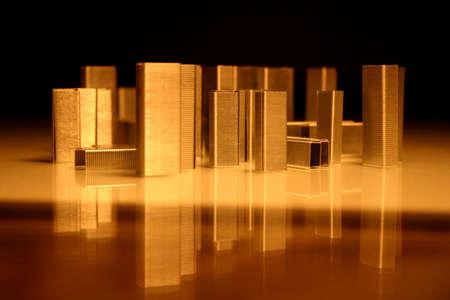 Business concept. Ville d'agrafes. Simple agrafes ressemble � une ville. Uildings de r�flexion sur l'eau.