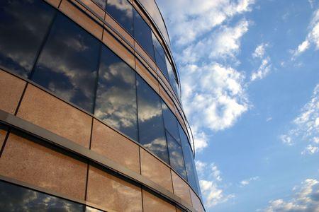 edificio corporativo: Corporate edificio y el cielo. Reflexiones de las nubes en las ventanas