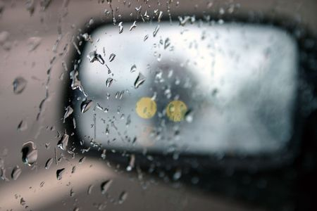 motor de carro: Conducir bajo la lluvia, close-up del coche del espejo Foto de archivo