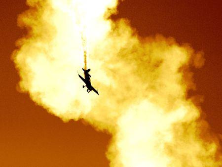 Plane dans le nuage de fum�e. Tr�s tonique et tr�s contrast�s, semble �tre un accident d'avion