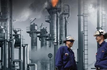 refinería de petróleo: dos trabajadores de petróleo y gas en el interior de la refinería, las llamas y el fuego de las chimeneas