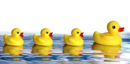 follow the leader: Rubber Ducky gezin, moeder met drie kinderen Stockfoto