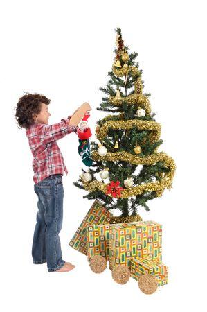 arbol: Un ni�o a adornar su arbol de Navidad para que santa claus viene con los regalos