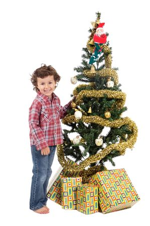 arbol: un muchacho peque�o a adornar su arbol de Navidad de modo que Pap� Noel venga con los regalos