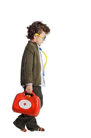 cabizbajo: muchacho como doctor sobre un fondo blanco