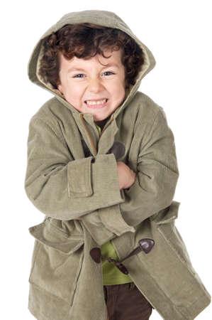 resfriado: foto de un muchacho adorable congelado en un fondo del withe