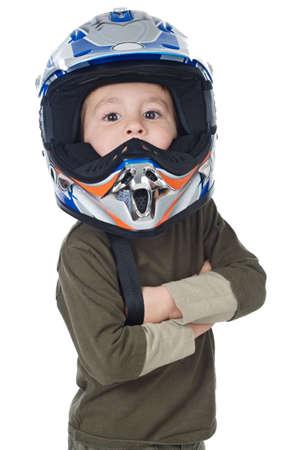 casco moto: Adorable muchacho con un casco en la cabeza a en fondo blanco  Foto de archivo