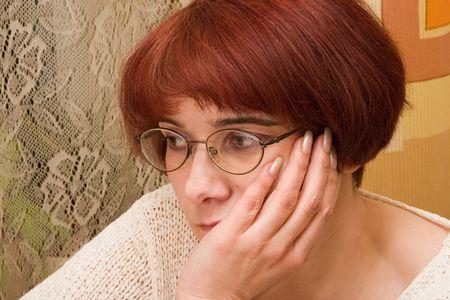 receptivo: se�ora Oscuro-dark-haired con los espect�culos