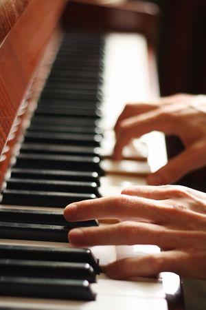piano: Las manos de un pianista, el movimiento borroso, se centran en la mano izquierda  Foto de archivo