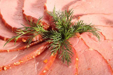 charcuter�a: El sector de la carne en rodajas y hojas de eneldo, cerca de