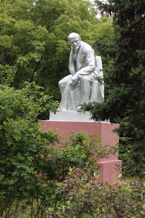 communistic: Monumento a Vladimir Lenin en un parque