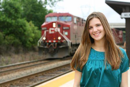 estacion de tren: Adolescentes en la estaci�n de tren Foto de archivo