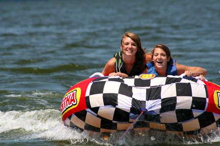 chicas divirtiendose: Dos adolescentes se divierten en el lago.