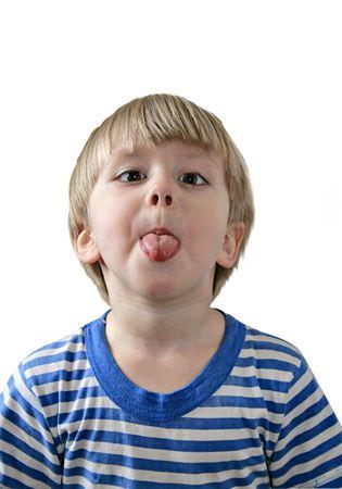 maliziosa: Bambino si conficca fuori la sua lingua, sfondo bianco
