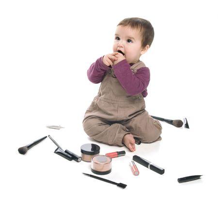 wanorde: Meisje van de baby spelen met cosmetica, witte achtergrond Stockfoto