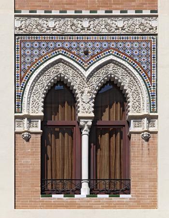 Double fenêtre ornée dans le style mauresque, Sevilla, Espagne photo