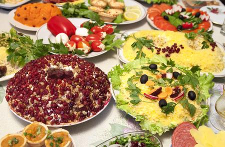 festal: Primo piano del tavolo da pranzo di festa con varie insalate