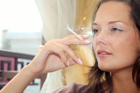 joven fumando: Todo el mundo sabe acerca de los da�os del tabaquismo, pero muy pocas personas deja de fumar