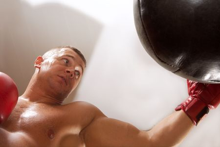 weariness: Formaci�n del boxeador en un pabell�n de deportes hasta el cansancio por completo. Foto de archivo