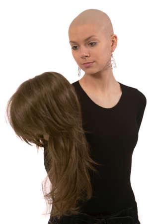 artificial hair: Muchacha con la cabeza smoothfaced en un fondo blanco.