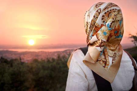 mujeres musulmanas: Las mujeres musulmanas y el atardecer. Estilo de moda de las mujeres musulmanas.
