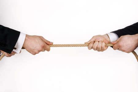 tug o war: La competencia empresarial en blanco. (in cluida la ruta de acceso) Foto de archivo