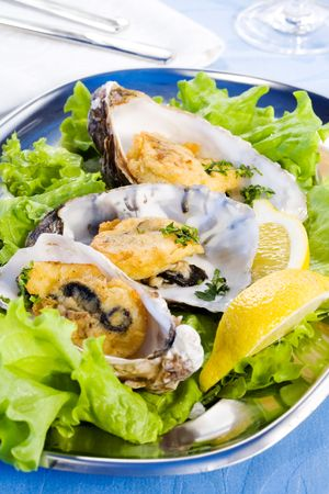 spicery: Oysters with lemon, spicery and salad on plate