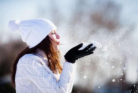 invierno: Chica jugando con nieve en el parque