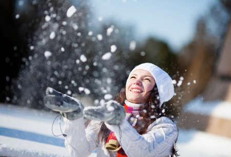 公園内の雪で遊んでいるガール フレンド
