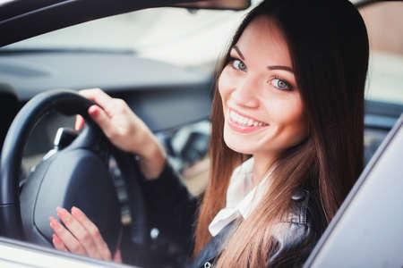 車を運転の美しい若い女性