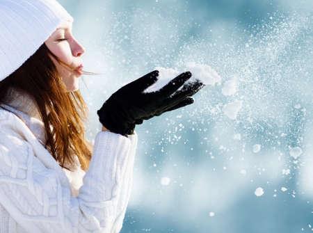 소녀는 공원에서 눈 연주 스톡 콘텐츠