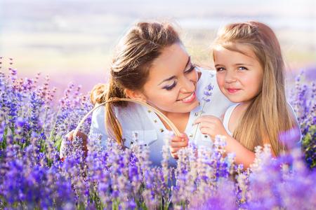 madre soltera: Madre con la hija en el campo de lavanda