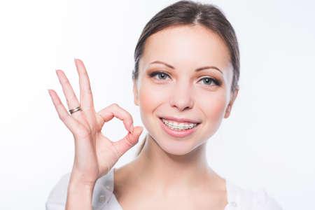 Krásná mladá žena s zuby rovnátka