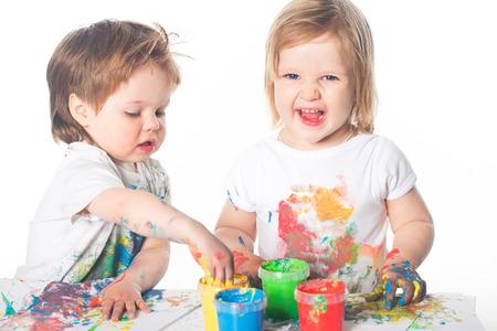 niños jugando: Niños jugando con pintura de dedos Foto de archivo