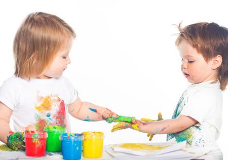 enfants qui jouent: Enfants jouant avec les peintures au doigt