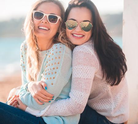 秋の海に二人の女の子 写真素材
