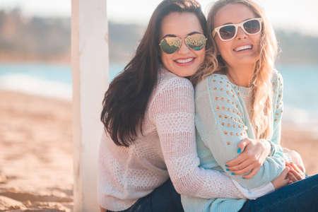 lesbianas: Dos ni�as de descanso en la playa de oto�o