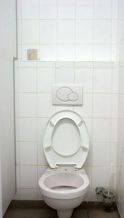 meados: WC interior, un asiento, la pared blanca, azulejos