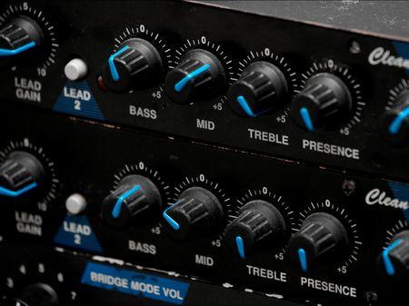 amplification: �galiseur et d'autres boutons sur une guitare pr�amplificateurs